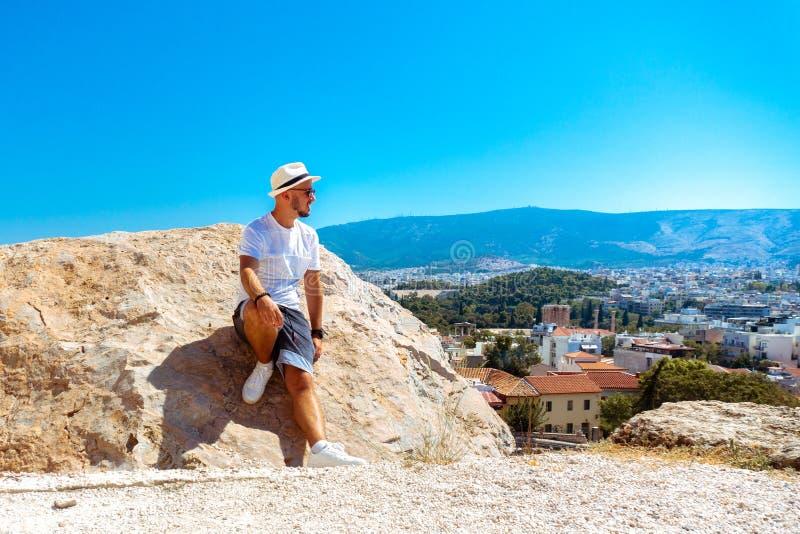 De modieuze zonnebril van de mensenv.n. bekijkt de stadsmening van de hoge heuvel stock afbeeldingen
