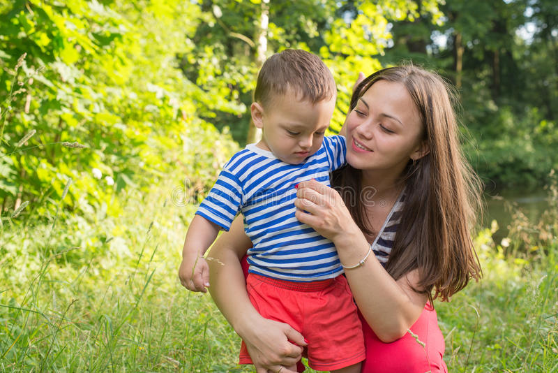 De moeder bedelt ontstemde zoon spel voort te zetten stock fotografie
