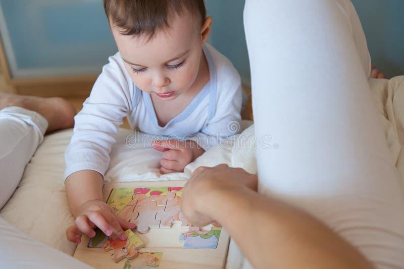 De moeder bouwt raadsels samen met haar dochter royalty-vrije stock afbeeldingen