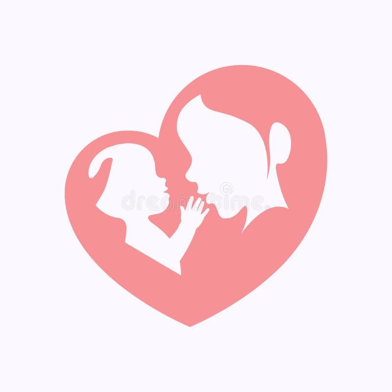 De moeder die een baby in hart houden vormde silhouet stock foto