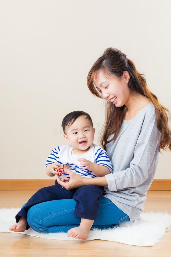 De moeder die van Azië haar zoon bekijken stock fotografie