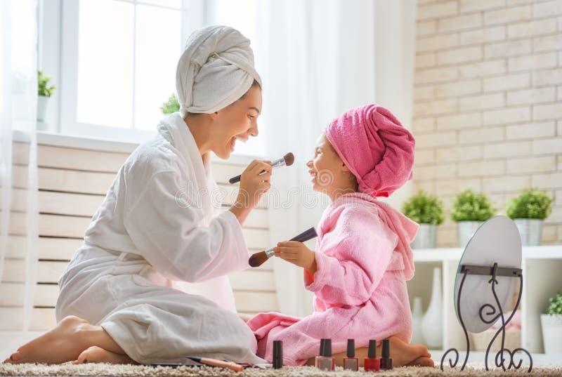 De moeder en de dochter doen omhoog maken stock foto's