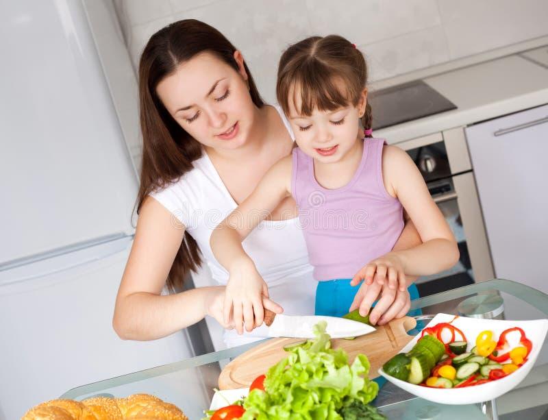 De moeder en de dochter eten brood royalty-vrije stock afbeelding