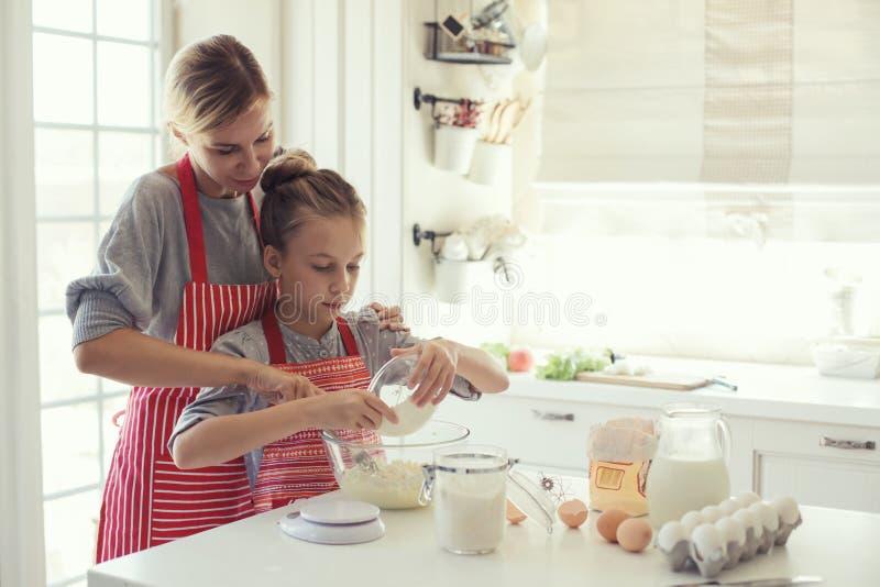 De moeder en de dochter koken royalty-vrije stock afbeelding
