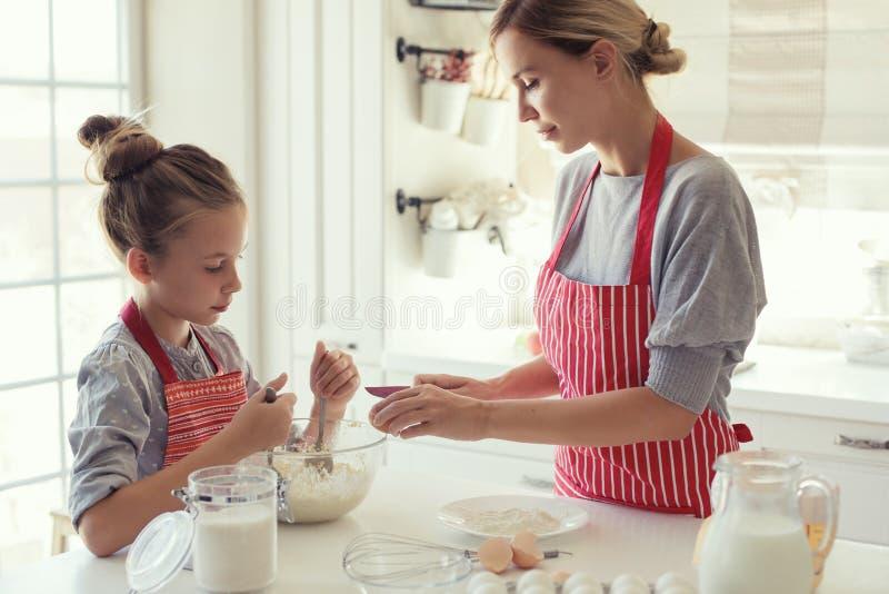 De moeder en de dochter koken royalty-vrije stock foto's