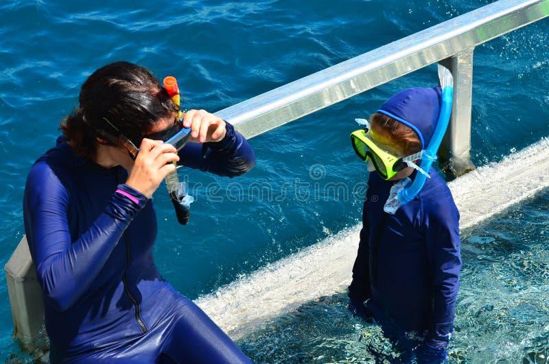 De moeder en de dochter treffen aan het snorkelen voorbereidingen duiken stock afbeeldingen