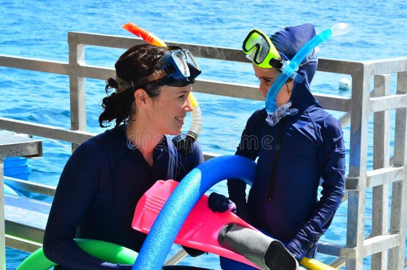 De moeder en de dochter treffen aan het snorkelen voorbereidingen duiken royalty-vrije stock afbeelding