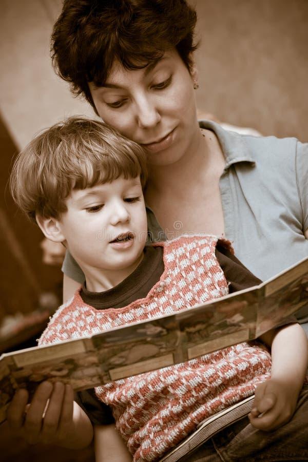 De moeder en de jongen lezen het boek royalty-vrije stock foto
