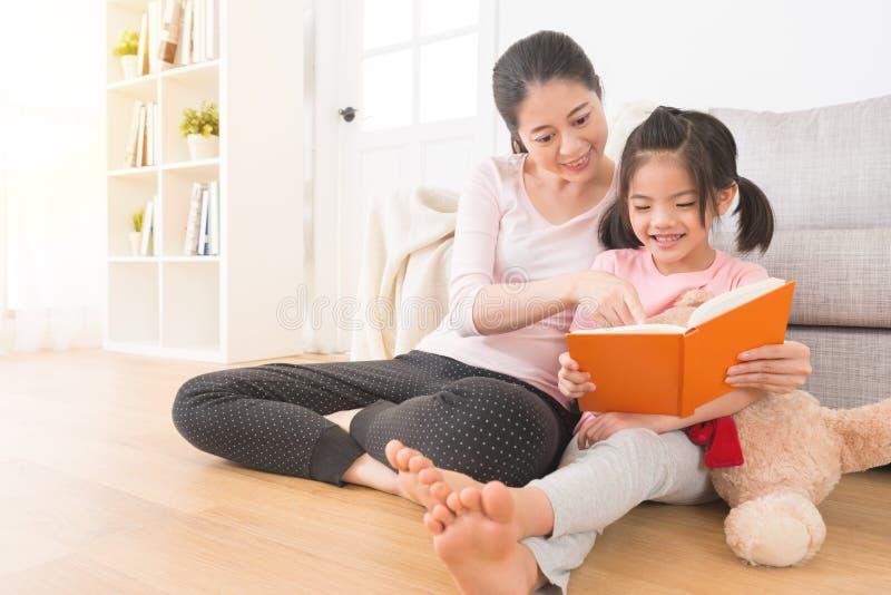 De moeder en de kinderen lezen het album van de familie royalty-vrije stock foto