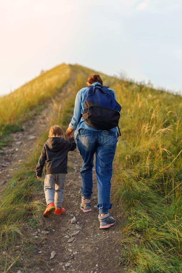 De moeder en de zoon gingen de heuvel uit royalty-vrije stock foto