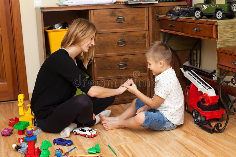 De moeder en de zoon spelen in de speelkamer royalty-vrije stock foto's