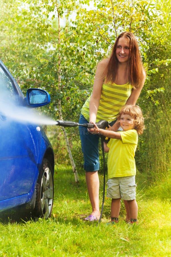 De moeder en de zoon wassen de auto royalty-vrije stock foto
