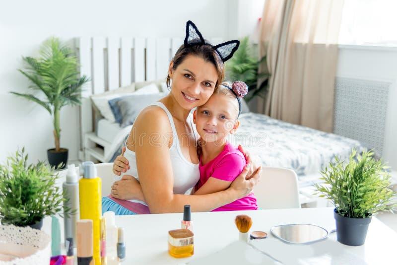 De moeder en de dochter doen thuis maken omhoog en hebbend pret royalty-vrije stock foto's