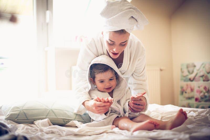 De moeder en de dochter hebben het spelen na bad royalty-vrije stock afbeelding