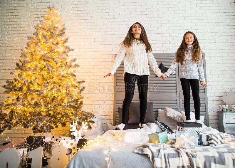 De moeder en de dochter in Kerstmis hebben pret royalty-vrije stock afbeelding