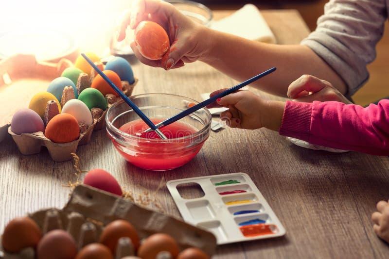 De moeder en de dochter maken Pasen-creativiteit royalty-vrije stock foto's