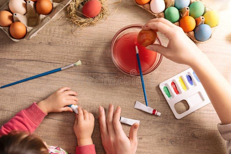 De moeder en de Dochter schilderen eieren royalty-vrije stock afbeelding