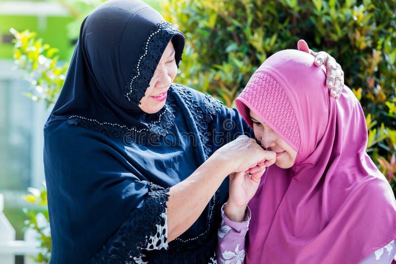 De moeder en de dochter van Azië vergeven elkaar stock foto's