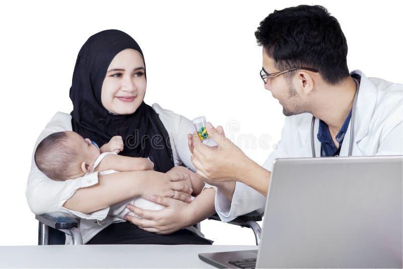 De moeder en haar baby krijgen drugs van arts royalty-vrije stock foto