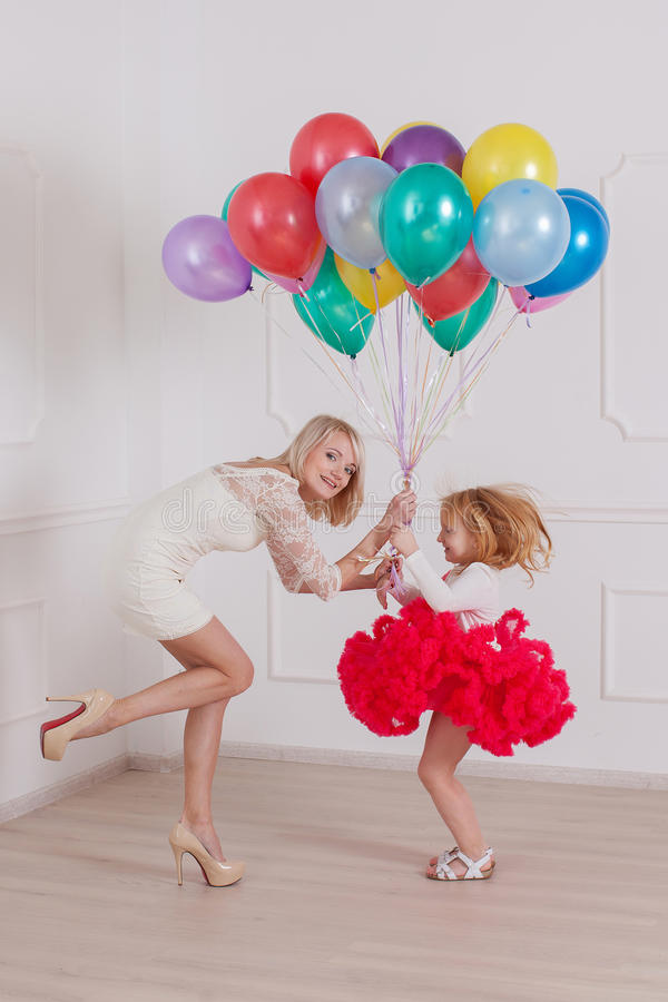 De moeder en haar dochter hebben pret royalty-vrije stock foto's