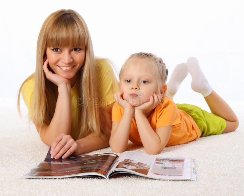 De moeder en haar weinig dochter brengen samen tijd door royalty-vrije stock foto