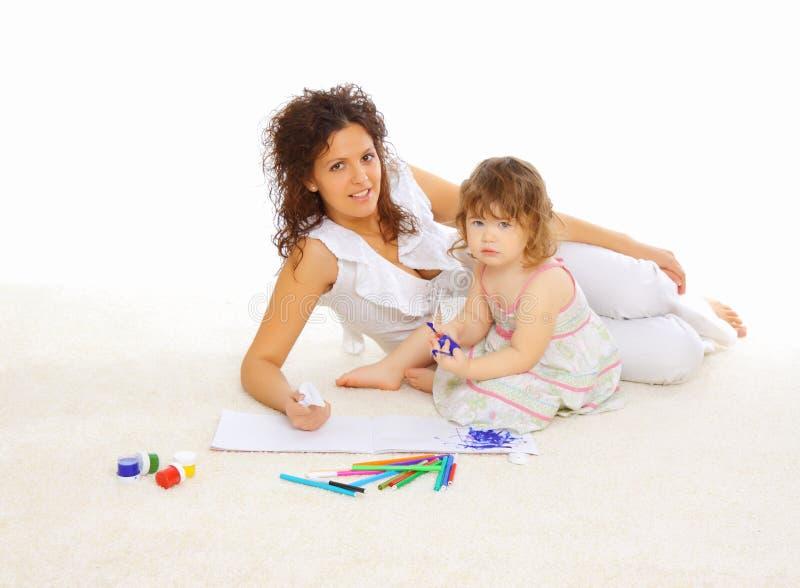 De moeder en haar weinig dochter brengen samen tijd door stock foto