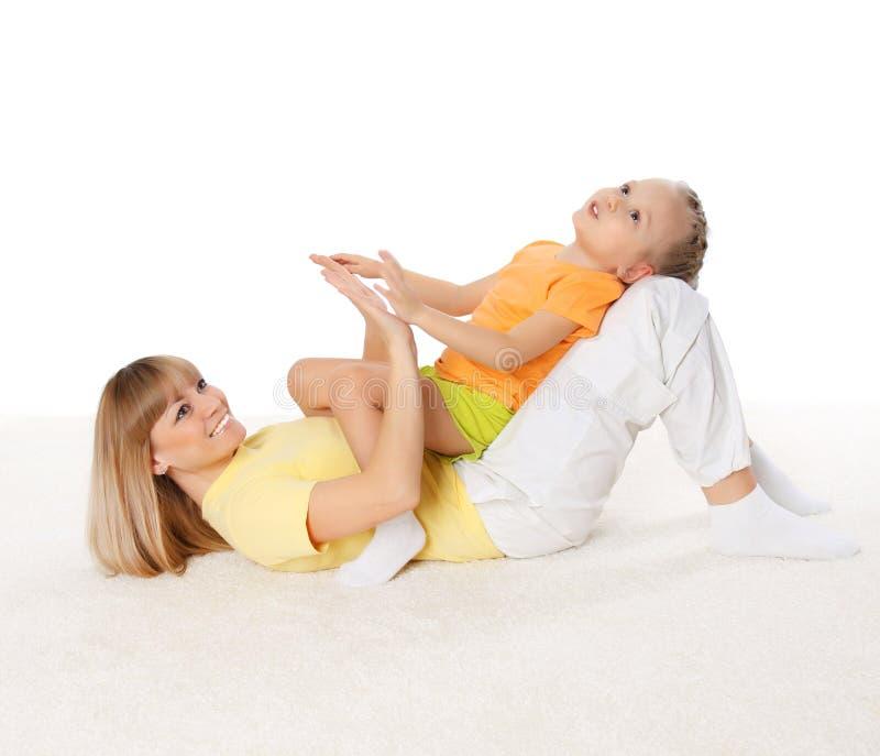 De moeder en haar weinig dochter brengen samen tijd door stock afbeelding
