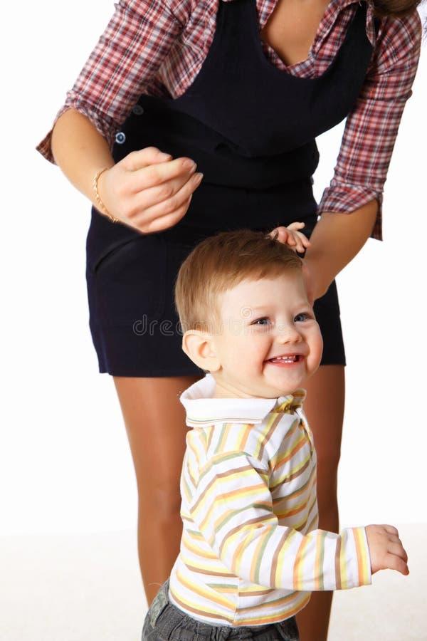 De moeder en haar weinig zoon die samen speelt stock fotografie