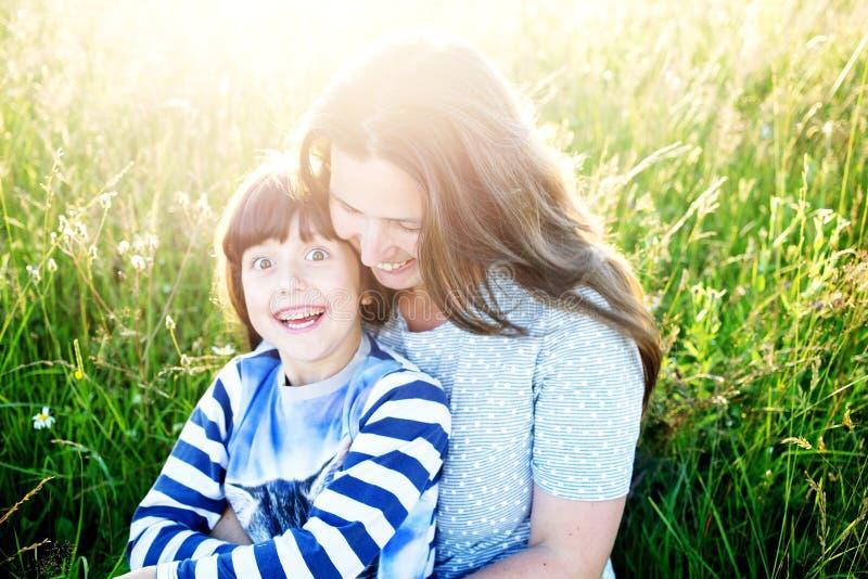De moeder en het kind hebben pret in de bergen stock afbeelding