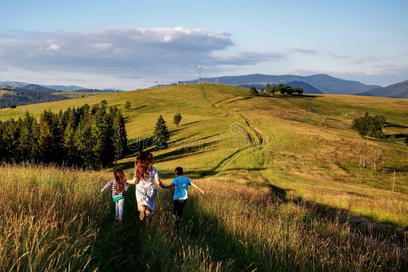 De moeder en het kind hebben pret in de bergen stock afbeeldingen