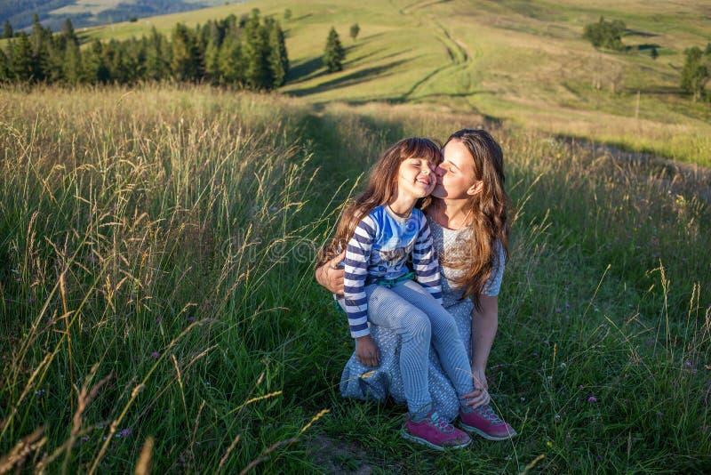 De moeder en het kind hebben pret in de bergen royalty-vrije stock foto