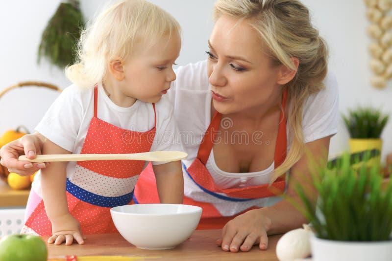 De moeder en weinig dochter koken in de keuken Het besteden samen alle tijd of gelukkig familieconcept royalty-vrije stock foto