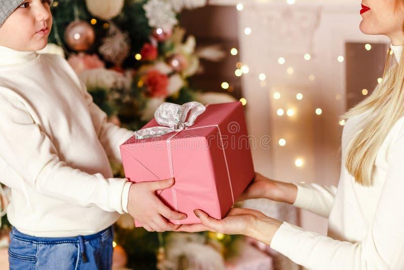 De moeder en de zoon houden Kerstmisgift royalty-vrije stock fotografie
