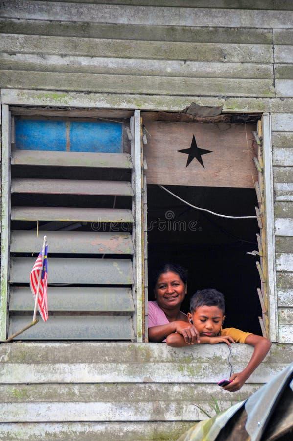 De moeder en de zoon leefden in de voet van het Onderstel Kinabalu stock foto's