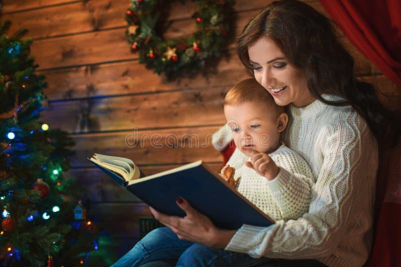 De moeder en de zoon vieren Kerstmis in een verfraaid huis met a.c. royalty-vrije stock foto's