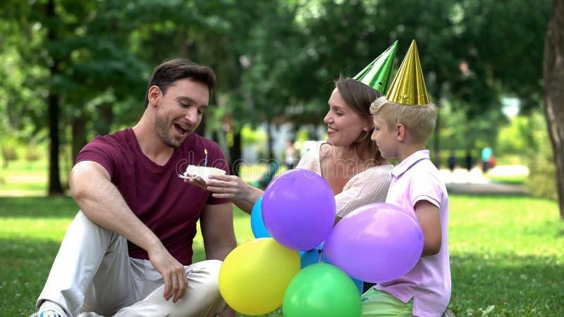 De moeder en de zoon wensen papa met verjaardag, prettige verrassing van dichte mensen geluk royalty-vrije stock fotografie