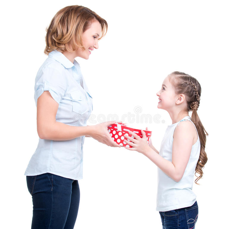 De moeder geeft een gift aan haar jonge dochter stock foto