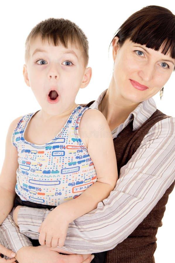 De moeder houdt de handen van zijn kleine zoon stock fotografie