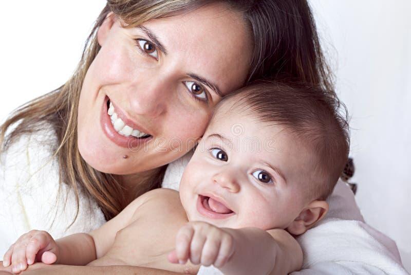 Het Glimlachen van de Baby van de holding van de moeder stock afbeeldingen