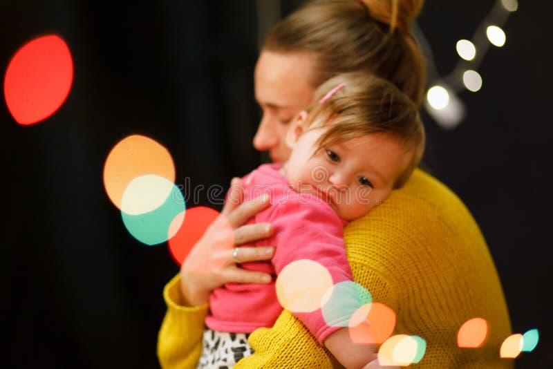De moeder koestert een klein meisje dat schreeuwt Moeder Liefde royalty-vrije stock afbeelding