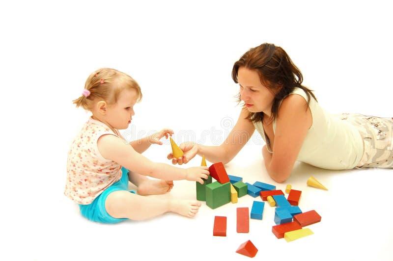 De moeder met een dochter wordt gespeeld door kubussen royalty-vrije stock afbeeldingen