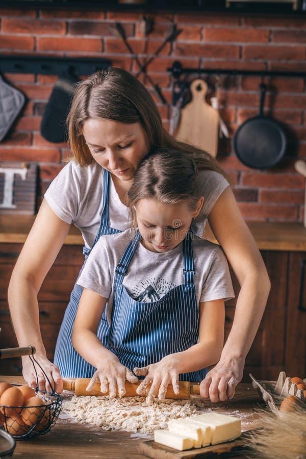 De moeder onderwijst de dochter deeg voorbereidt royalty-vrije stock fotografie