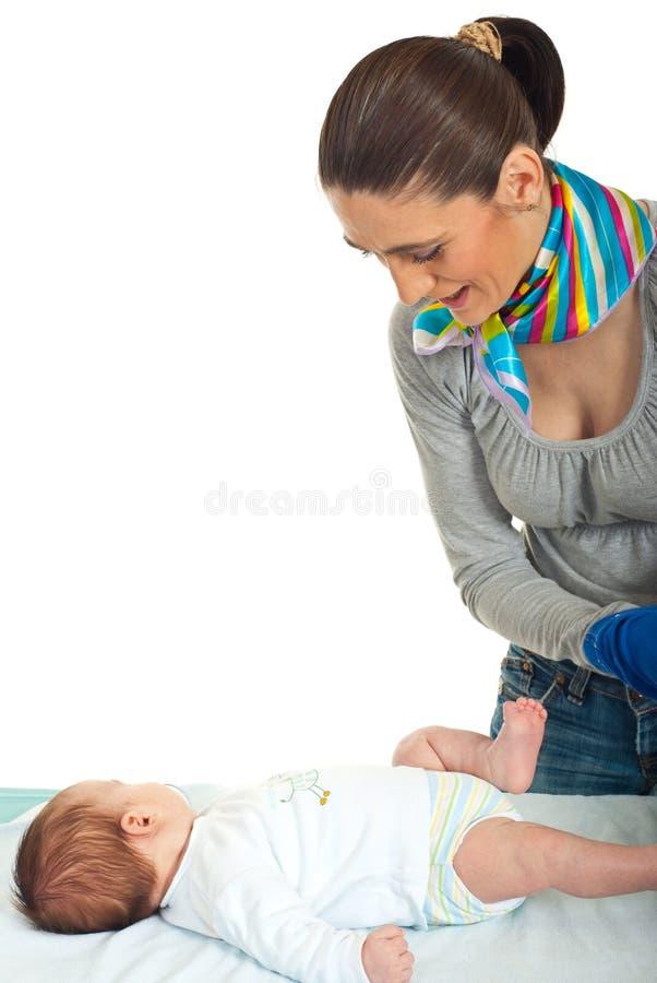 De moeder treft voorbereidingen om nappy te veranderen royalty-vrije stock fotografie