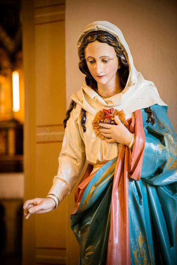 De moeder van God in de kerk stock foto