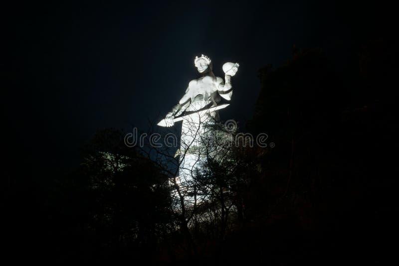 De Moeder van het standbeeld van Georgië bovenop de heuvel boven Tbilisi Nachtmening - Beeld stock foto's