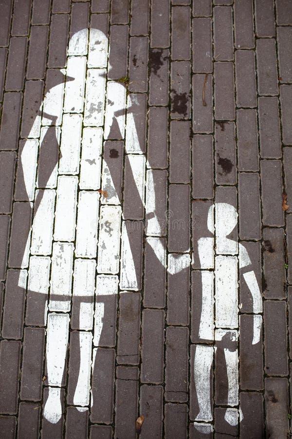 De moeder van verkeersteken en een kind stock foto