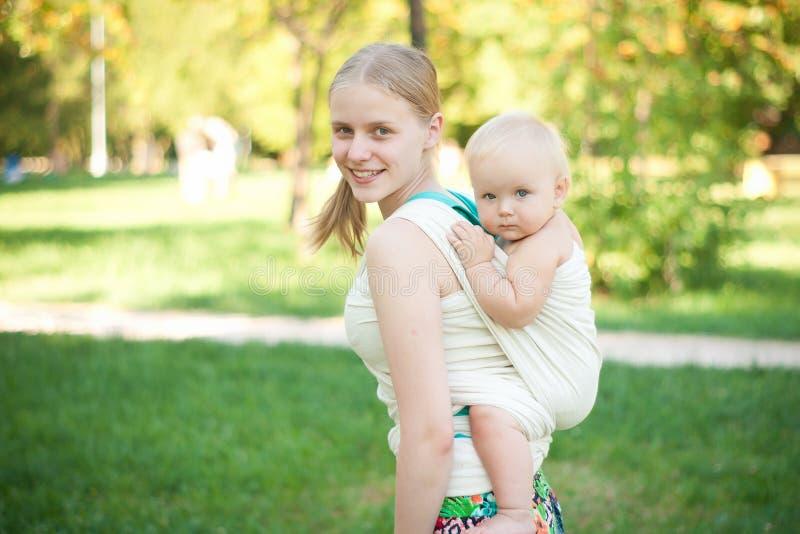 De moeder vervoert baby   stock foto's