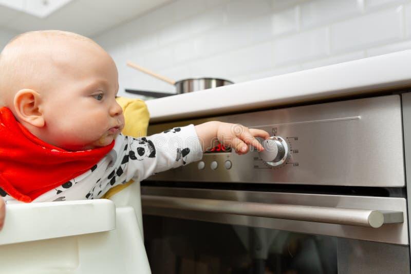 De moeder voedt babyjongen met lepel Gezond babyvoedsel thuis stock afbeeldingen
