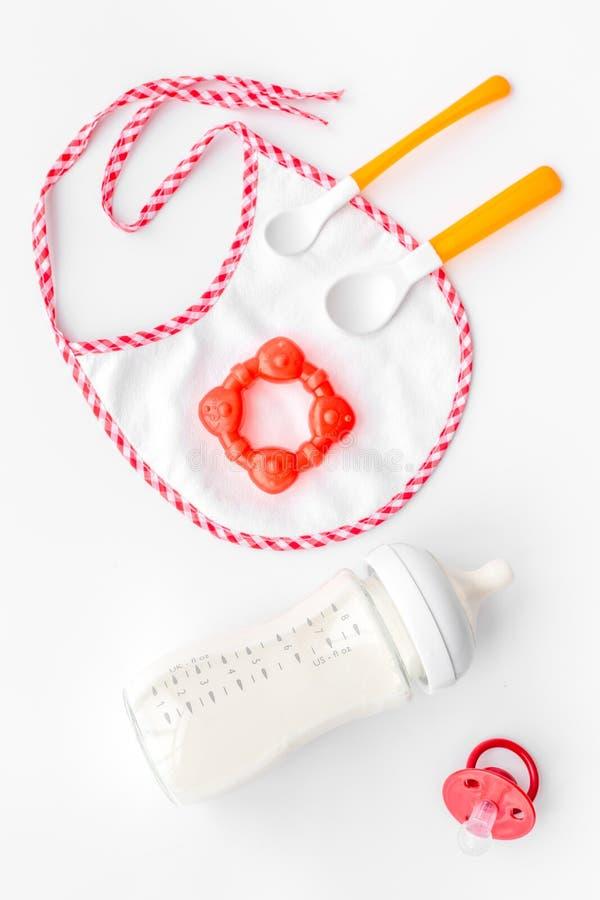 De moedermelk van de moederzorg in fles en zuigelingsformule poederde gezond voedsel voor baby het voeden op witte hoogste mening stock foto's