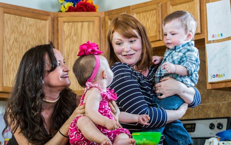 De moeders spelen met Hun Babys royalty-vrije stock afbeelding